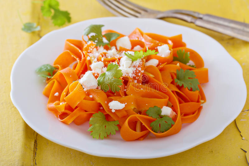 De salade van worteldeegwaren met feta royalty-vrije stock afbeelding