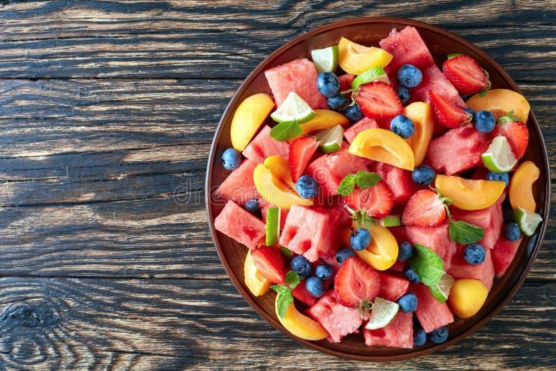 De salade van de de zomerwatermeloen op een plaat royalty-vrije stock afbeeldingen