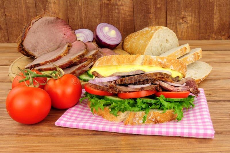 De Saladesandwich van het braadstukrundvlees stock foto's