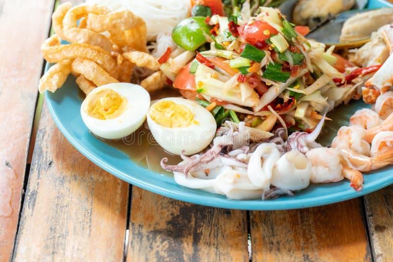 De saladeschotel van de zeevruchtenpapaja royalty-vrije stock afbeelding