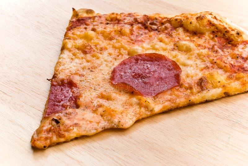 Pizzasalami met kaas en groenten royalty-vrije stock foto's