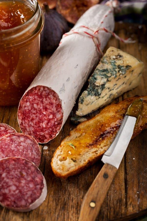 De salami van de vleesworst en Geroosterd met Fig.jam stock fotografie