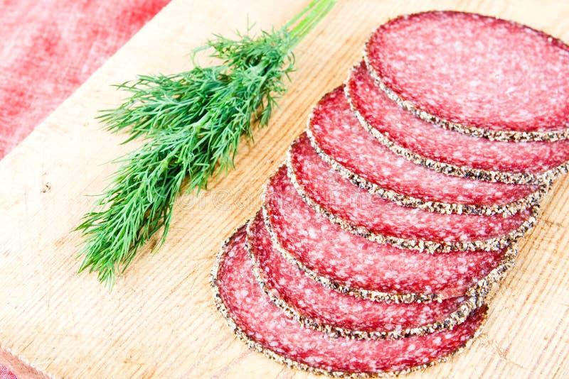 De salami van Peppered met dille stock afbeeldingen