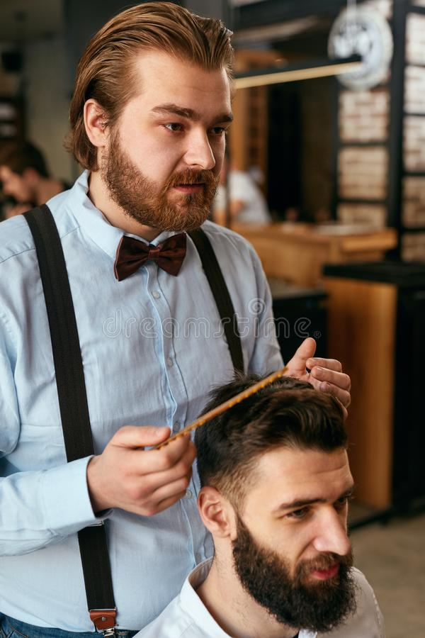 De Salon van het mensenhaar Mens Barber Doing Hairstyle In Barbershop royalty-vrije stock fotografie