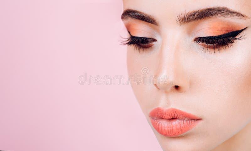 De salon van de schoonheid Retro vrouw met maniermake-up Speld op Meisje uitstekende vrouw met de make-up van de glamourpijl deco royalty-vrije stock fotografie