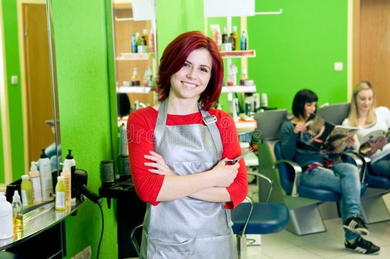 De saloneigenaar of werknemer van het haar stock foto's