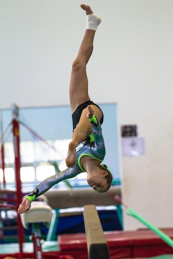 De Salto mortale van de de Moedstraal van het gymnastiekmeisje stock afbeelding