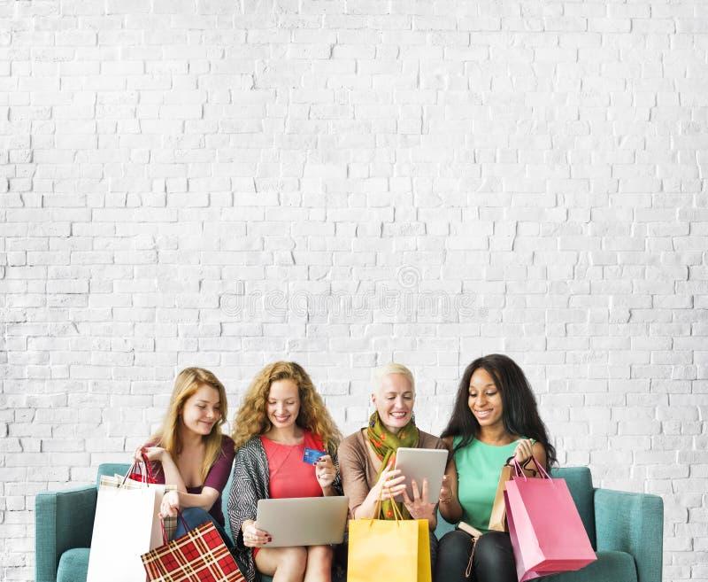 De Samenhorigheid van de meisjesvriendschap Online het Winkelen Concept royalty-vrije stock afbeeldingen