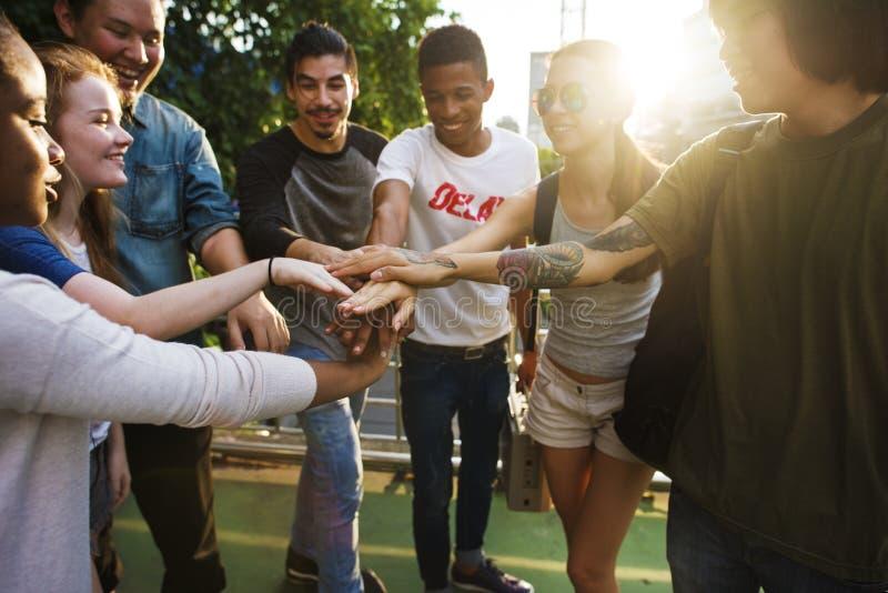 De Samenhorigheid van de mensenvriendschap assembleert Team Unity Concept stock afbeeldingen