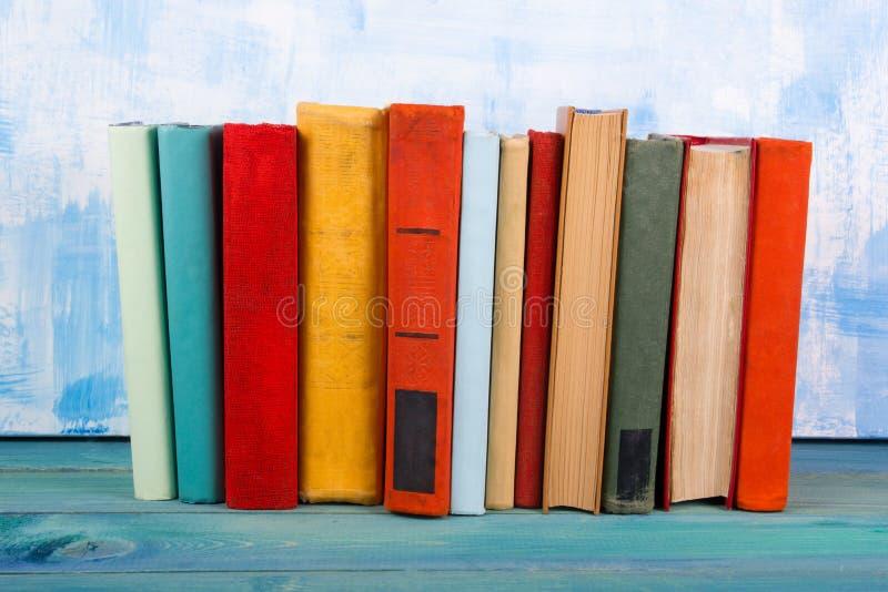 De samenstelling met oud uitstekend kleurrijk boek met harde kaft boekt het stapelen, agenda op houten deklijst en artistieke bla royalty-vrije stock foto's