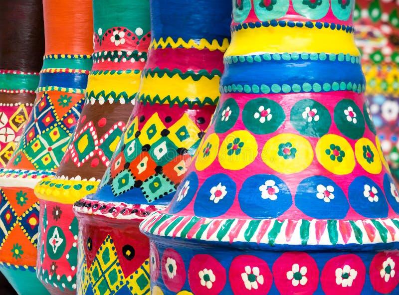 De samenstelling van artistieke geschilderde clorful handcrafted aardewerkvaas royalty-vrije stock afbeeldingen