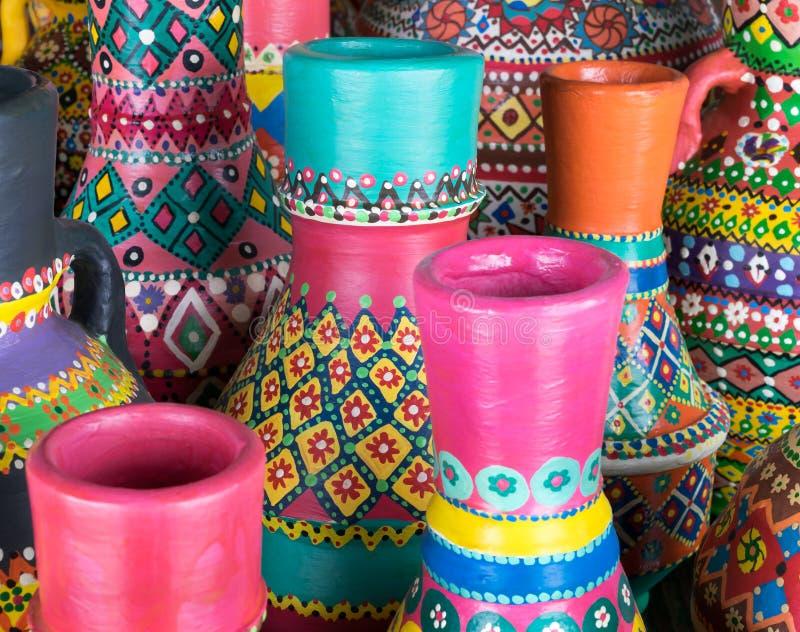 De samenstelling van artistieke geschilderde clorful handcrafted aardewerkvazen royalty-vrije stock foto