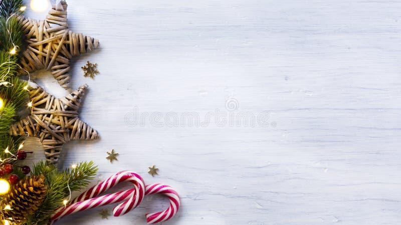De samenstelling van de Kerstmisvakantie op witte houten achtergrond met c stock foto's