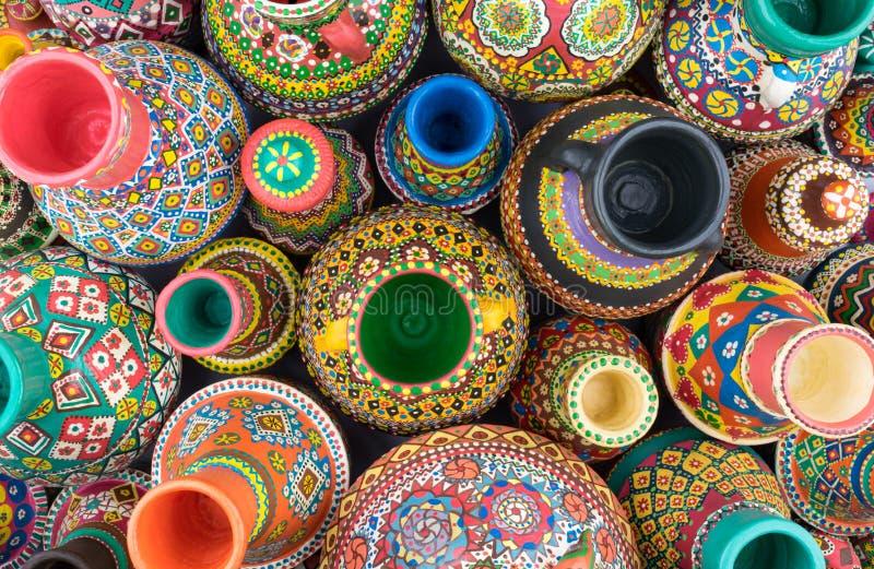 De samenstelling van geschilderd artistiek handcrafted aardewerkkruiken royalty-vrije stock foto