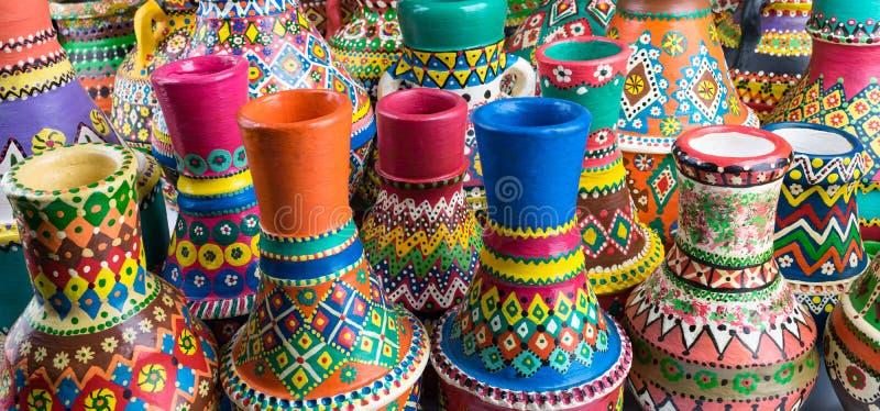 De samenstelling van geschilderd artistiek handcrafted aardewerkvazen stock afbeeldingen