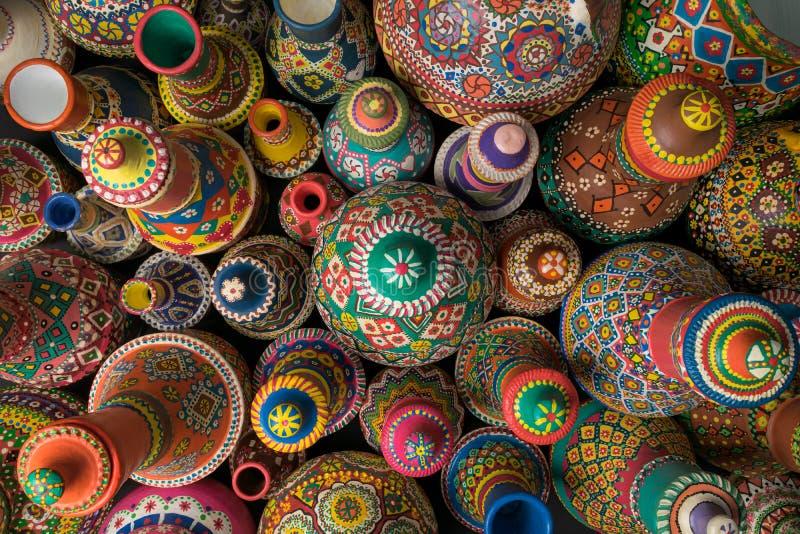De samenstelling van geschilderd artistiek handcrafted aardewerkvazen royalty-vrije stock afbeelding