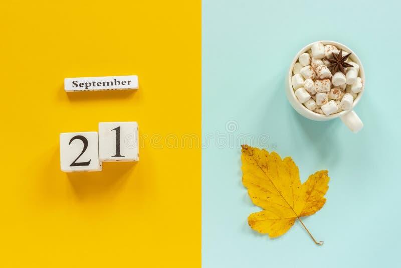 De samenstelling van de herfst De vaas met droog doorbladert, appel en kaarsen bij het ontslaan Houten kalender 21 September, kop royalty-vrije stock foto