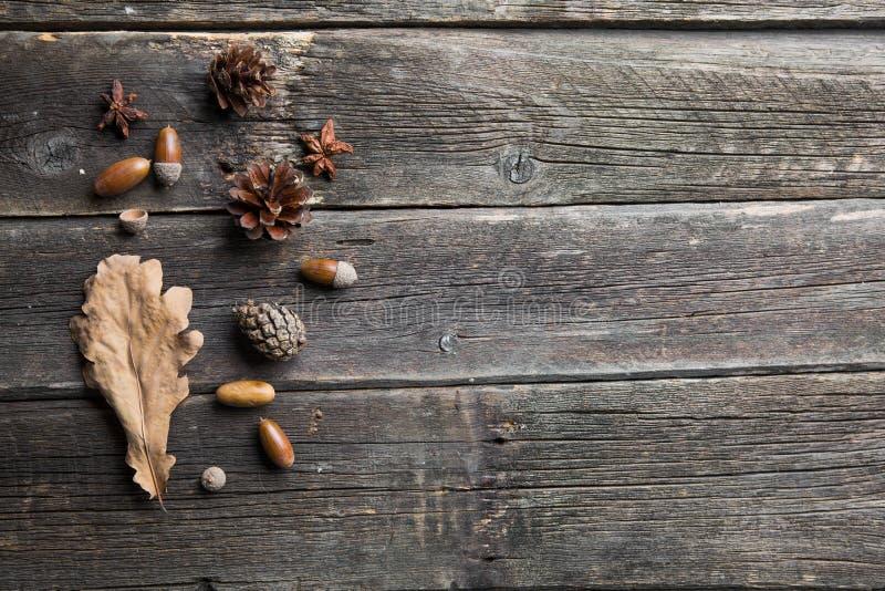 De samenstelling van de herfst De vaas met droog doorbladert, appel en kaarsen bij het ontslaan Kader van de herfst droge bladere stock foto