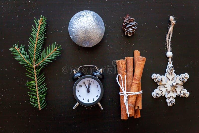 De Samenstelling van het Kerstmisnieuwjaar op donkere zwarte achtergrond stock afbeeldingen