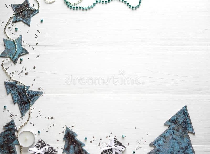 De samenstelling van het nieuwjaar `s Kader voor tekst met Kerstboom en kegels op een houten witte achtergrond De kortingen van h stock fotografie