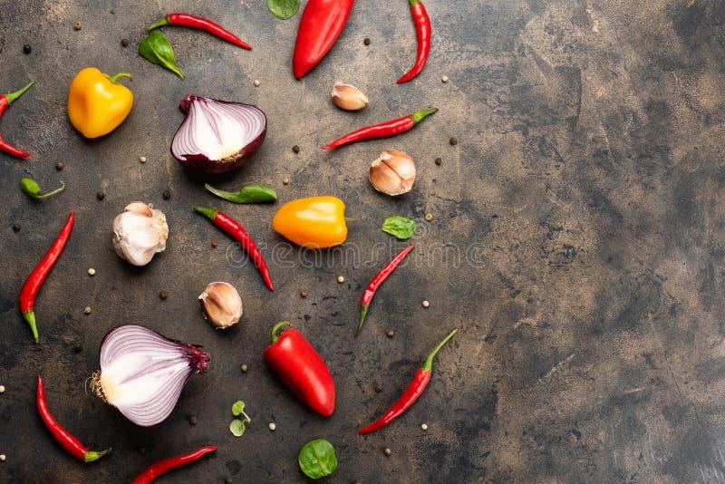 De samenstelling van het voedselpatroon met ruwe verse groenten op witte achtergrond stock foto