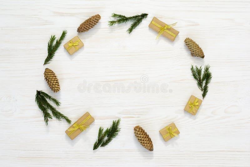 De samenstelling van Kerstmis Elipsekader van spartakken en kegels op witte achtergrond Vlak leg, hoogste mening, exemplaarruimte royalty-vrije stock fotografie