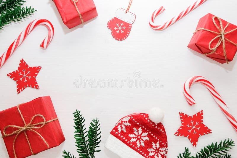 De samenstelling van Kerstmis Giften, sparrentakken, rode decoratie op witte achtergrond Kerstmis, Nieuwjaarconcept Vlak leg royalty-vrije stock foto's