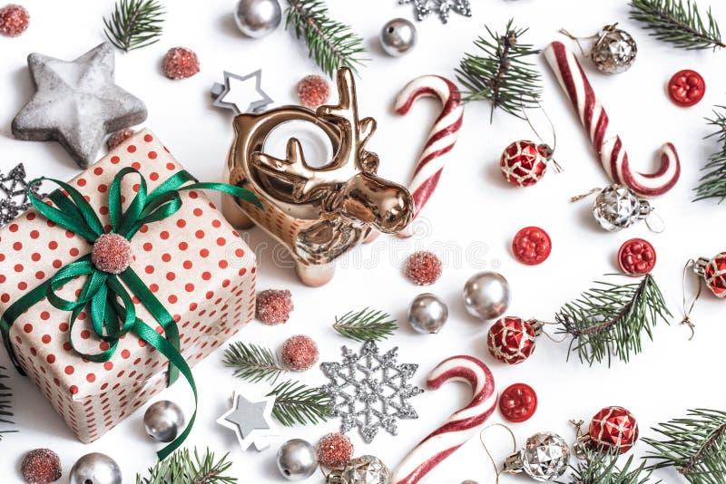 De samenstelling van Kerstmis Giften, sparrentakken, rode decoratie op witte achtergrond De winter, Nieuwjaarconcept Vlak leg, royalty-vrije stock afbeelding