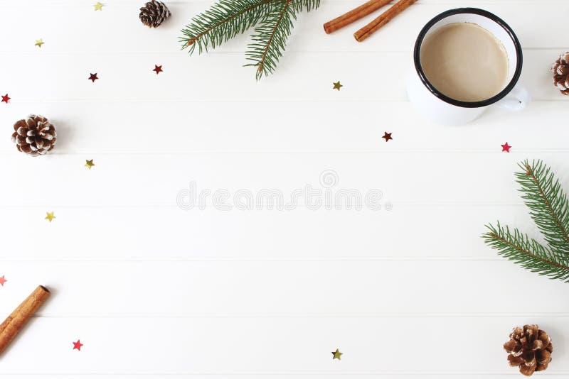 De samenstelling van Kerstmis Het kader van spar, nette takken, denneappels, pijpjes kaneel en schitterende confettien wordt gema royalty-vrije stock fotografie