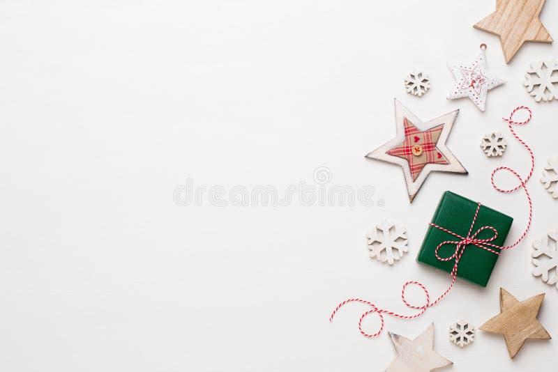 De samenstelling van Kerstmis Houten decoratie, sterren op witte backgr stock fotografie