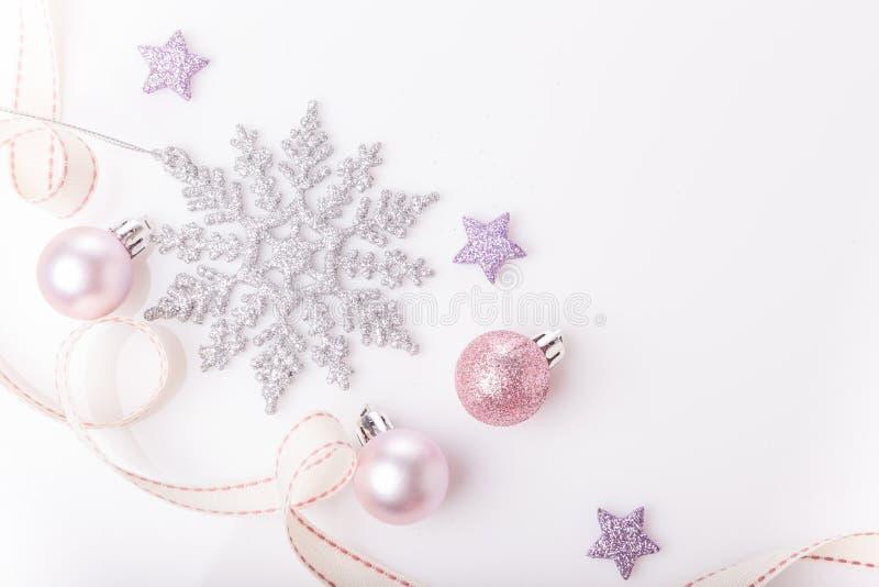 De samenstelling van Kerstmis Nette takken, Kerstmisboom, de vakantiebal van het Kerstmis roze decor met lint op witte achtergron royalty-vrije stock afbeeldingen