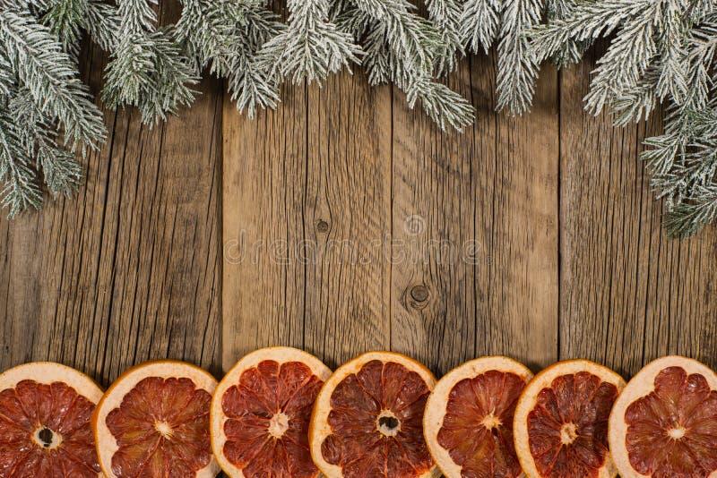 De samenstelling van Kerstmis Nette takken met droge grapefruit op o stock afbeelding