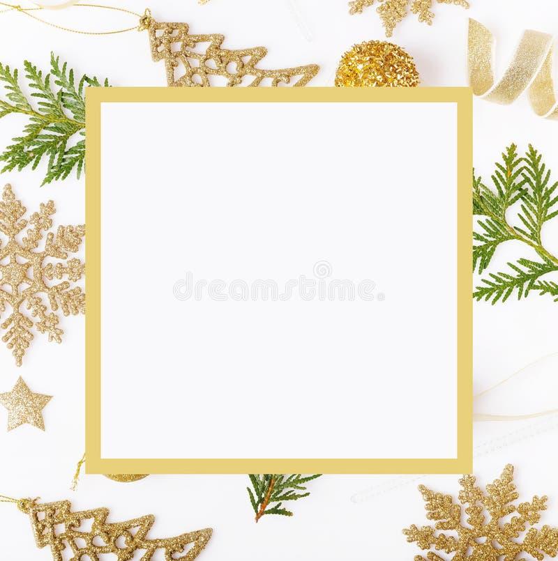 De samenstelling van de Kerstmisvakantie Feestelijk creatief gouden patroon, de vakantiebal van het Kerstmis gouden decor met lin stock fotografie