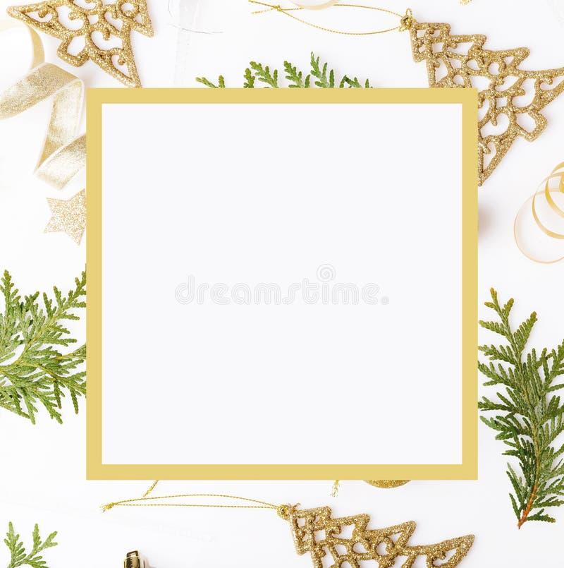 De samenstelling van de Kerstmisvakantie Feestelijk creatief gouden patroon, de vakantiebal van het Kerstmis gouden decor met lin royalty-vrije stock foto