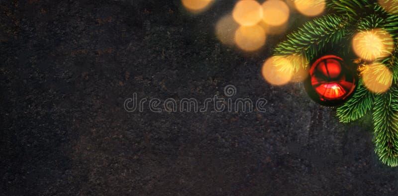 De samenstelling van de Kerstmisvakantie op zwarte achtergrond met spar tre royalty-vrije stock afbeelding