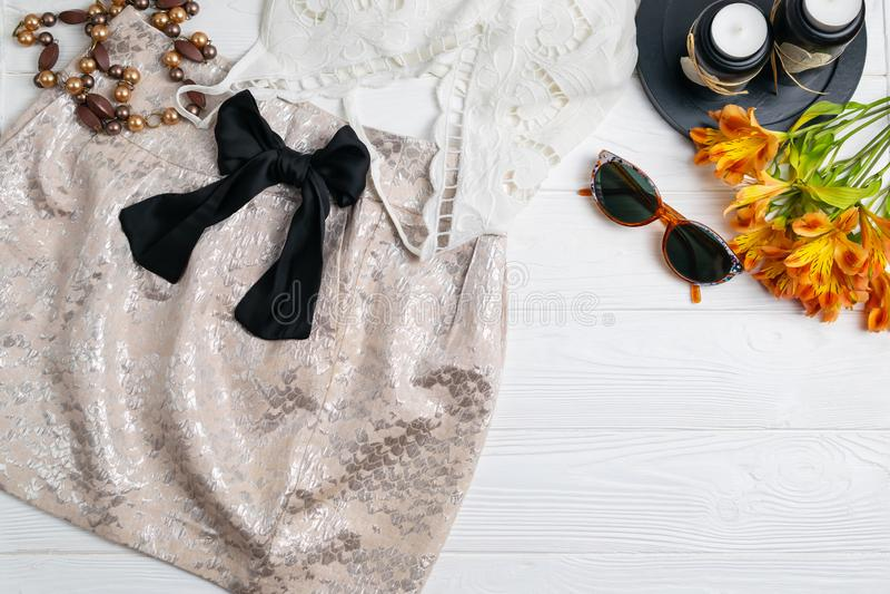 De samenstelling van de manierstijl met de bovenkant van het rok witte kant en van de zonnebrilzomer uitrusting royalty-vrije stock foto