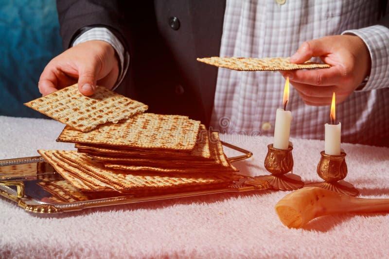 De samenstelling van de Sabbat kiddush ceremonie met twee kaarsen en traditioneel passover matzah vers brood stock foto's