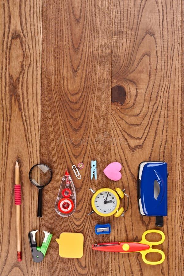 De samenstelling van de schoolkantoorbehoeften op houten achtergrond royalty-vrije stock fotografie
