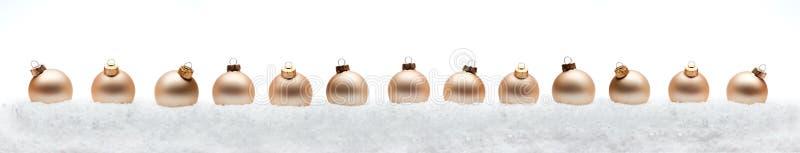 De samenstellingsballen van het Kerstmis nieuwe jaar met witte backg van de sneeuwlijn royalty-vrije stock afbeelding