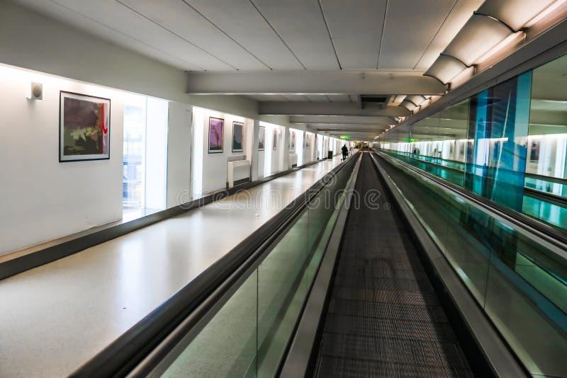 De samenvatting stileerde perspectiefonduidelijk beeld van rollend trottoir in luchthaven met onherkenbare passagier met bagageka stock foto's