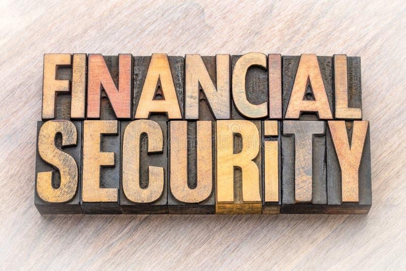 De samenvatting van het financiële zekerheidwoord in houten type stock foto