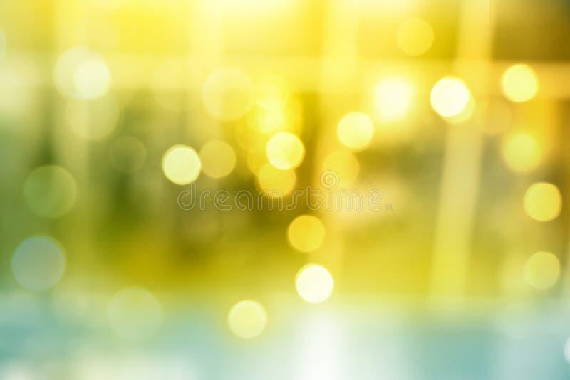 De samenvatting vertroebelde gele bokehlichten op feestelijke decoratieachtergrond stock foto