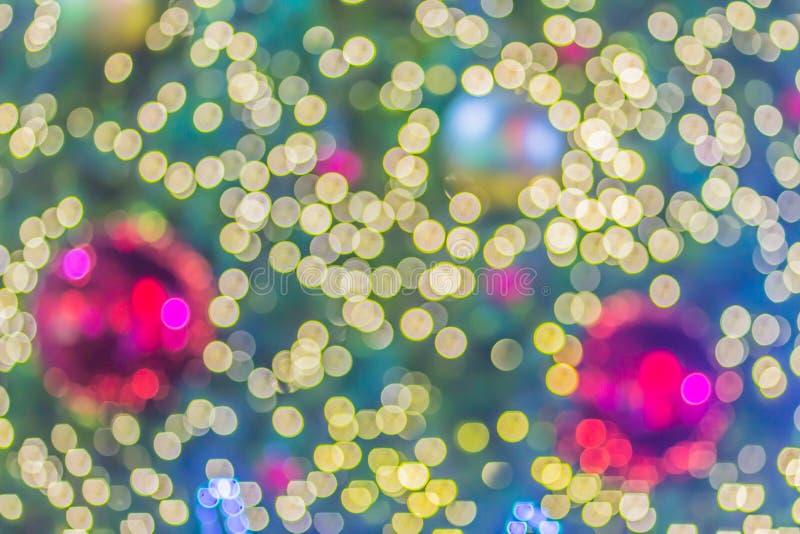 De samenvatting vertroebelde de kleurrijke decoratie van de Kerstboomverlichting met bokehachtergrond Defocused van verfraaid en  royalty-vrije stock fotografie