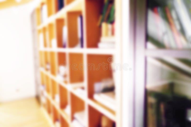 De samenvatting vertroebelde moderne witte boekenrekken met boeken Onduidelijk beeldhandboeken en handboeken op boekenrekken in b royalty-vrije stock foto