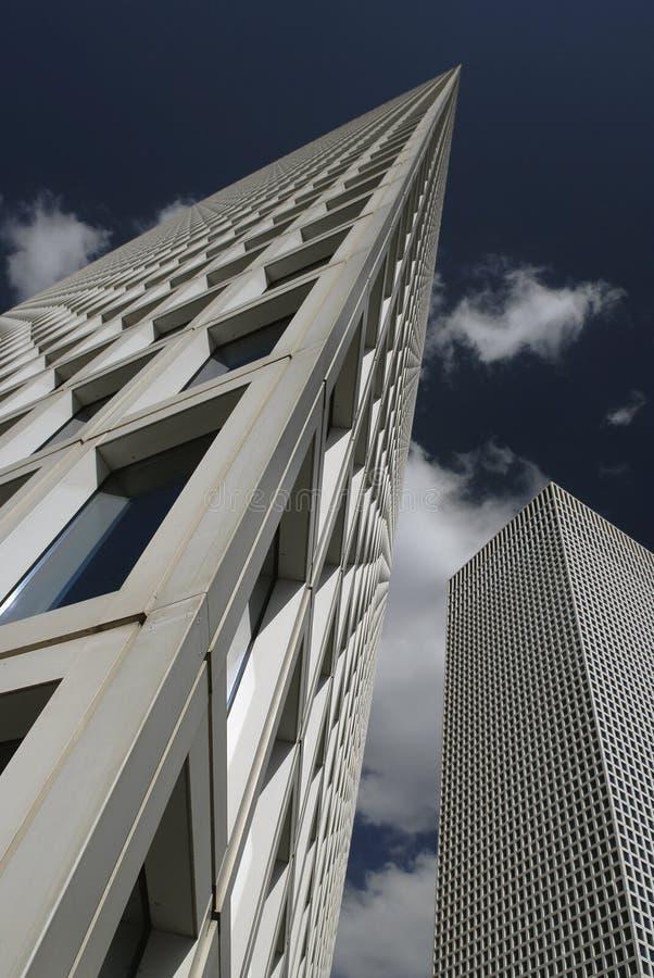 Download De Samenvatting Vervormde De Foto Van De Aandelenkunst Van Witte Wolkenkrabbers Op Blauwe Hemelachtergrond Stock Afbeelding - Afbeelding bestaande uit zaken, ontwerp: 107702079