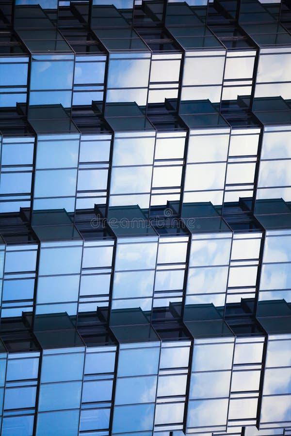 De samenvatting weerspiegelde weerspiegelende geometrische 3d achtergrond Schalen de bouw Blauwe voorgevel met een netvormig patr royalty-vrije stock foto