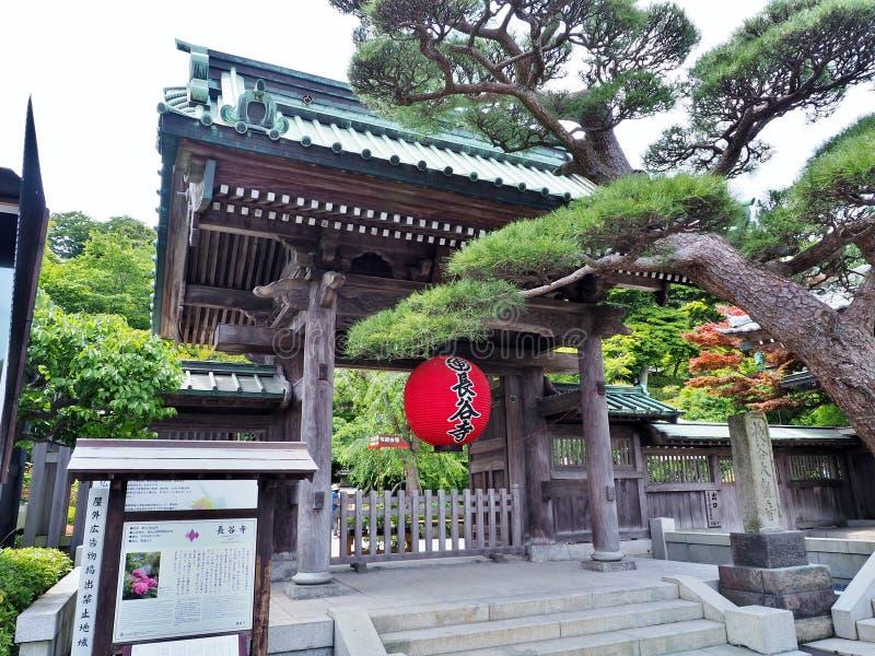 De Sammon-poort, hoofdingang van Hasedera-Tempel in Kamakura, Japan stock foto's