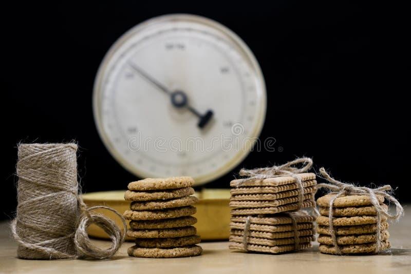 De Samoyedcakes bonden bundels en keukenschaal vast Koekjes op een wo royalty-vrije stock foto's