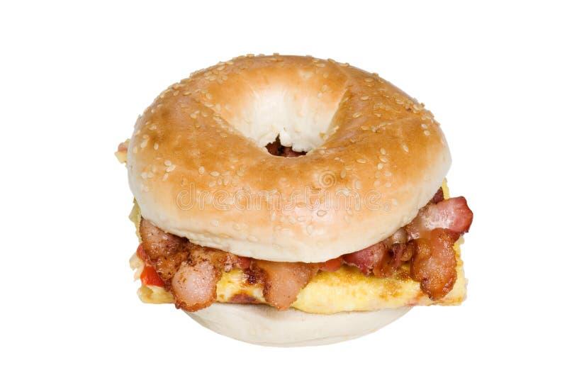 De sandwich hoogste mening van de Omelet en van het bacon van het ongezuurde broodje royalty-vrije stock afbeeldingen