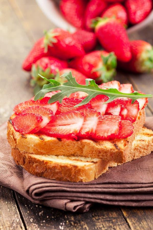 De Sandwich van Arugula van de aardbei stock fotografie